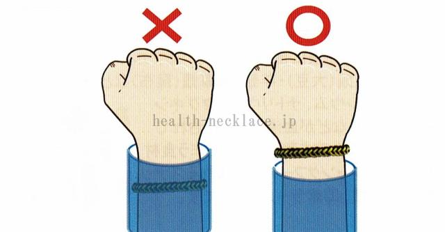コランコラン静電気除去アイテム空気中に放電しやすいようにネックレスやブレスレットを衣類で隠さない